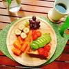 【週末ブランチ・ラテアート】木製プレートでアボカド&トマトのトーストをお洒落に盛り付ける