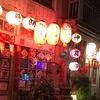 提灯の灯りが煌々と輝く台南のノスタルジックな街並み「神農街」
