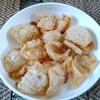 【今日の食卓】カップ・ムー(豚の皮膚の揚げ煎餅)。←そう言われると日本人の多くは引くだろうけど、何も言われずに食べると美味しいと思う?私はインドネシア滞在時に、水牛や豚の皮のクルプック(揚げせん)を食べて免疫がついていてw平気。適度なカリカリ感と薄塩味が止まらなくなる要因。 Kap moo. Can't stop eating. :) #タイ料理
