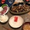 ごはん、イナダの刺身、牛肉とナスのオイスターソース炒め、味噌汁