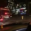 街はクリスマスモード。そこに謎の青い光る生物が。