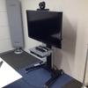 これは便利! テレビ会議を設置する時に役に立つ「モニターラック」