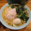 久々に金沢市進和町にある横浜家系らーめん海誠家で、らーめん(大)+味玉+ほうれん草増しとライス。