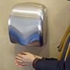 トイレのハンド・ドライヤーは、ばい菌を手に吹き付けている恐れ