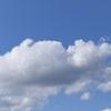 週末ライフ。「見上げた空には白い雲。いつものように風に吹かれて流れて飛んで、明日こそはと、夢のふくらむ空になれ」の巻。