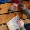 雨の日の休み時間      Am Regentag putzen wir die Holzbretter in der Pause