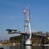 気仙沼湾横断橋、主桁架設中
