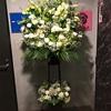 周年祝いの白系のスタンド花!高槻市花屋 茨木市花屋