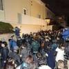 竹内結子さん自宅前で、マスコミ陣がYouTuberに叩かれた。