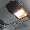 車の室内灯が消えない原因は故障?修理や交換の方法は?