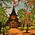 <ブラック>「バーン ダム ミュージアム(Baandam Museum)」~タイ伝統建築の木彫りの黒い家が点在する美術館!!
