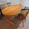 飛騨産業 豆型の変形テーブルと座面が木の温もり感のあるダイニングセットのご紹介です。