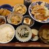 金沢市米泉町のごはん家で、品数多くてボリュームのあるコスパ良い日替わり定食。周辺には手作りサンドウィッチのお店も。