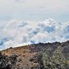 眼下の雲を眺めながら下る