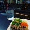 栄町、話題のビストロでエスニックにしまを飲む。