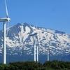 風車と鳥海山