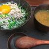 新宿の魚人食堂のしらす丼うまー✨️卵とあうな(^^)☆