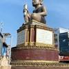 Ta Khmau (タクマウ)のロータリーの像。
