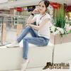 おしゃれな服装:ジーンズにやせたスタイルに白の靴を添えて、女性の瞬間に優雅な曲線を見せる!