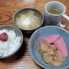 薄揚げと蒲鉾の煮付けと玉葱と馬鈴薯の味噌汁