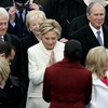 【ヒラリー通信】大統領就任式でヒラリーとミシェルがナマステのポーズでご挨拶!本当にヨガをやっていたのね。