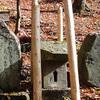 手長神社境内の偉い神様が沢山祀られた小さな祠の御柱