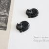 黒猫のフランス製ボタン。日々に寄り添えるアクセサリーを作りたい。