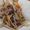 小松市今江町の裏通り沿いにある中華料理燕軍で、ランチメニューの牛肉炒め飯と半ラーメン。