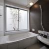 女のロマン'風景のある浴室'を持った都市の中の住宅 Bliss