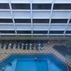 ホテルの窓からはプールが見えます