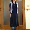 ウールのプリーツスカートとスポーツアイテムの組み合わせ