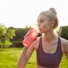水分補給をする際の飲料(スポーツドリンクを飲ませると、胃の不快感を訴える選手がおり、これは、多くのスポーツドリンクに果糖が含まれていることと関連している)