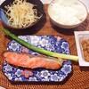 焼き鮭、アスパラ、もやしのナムル、納豆。