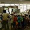 川津小学校の皆さんが図書館見学