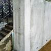 直したことが分からない!コンクリ擁壁の白っぽいモルタル補修跡を周囲の色に合わせて特殊塗装