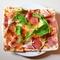 「マルゲリータ・ピザ パルマ産生ハムとルッコラを添えて」のご紹介