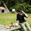竪穴式住居のそばでタケノコを掘る