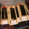 見た目が‥。AEONの寿司コーナーにあった長~~い巻き物。