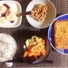揚げ焼き、サラダ、小粒納豆、バナナヨーグルト。