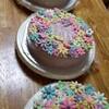 花がいっぱいの3色のデコレーションケーキ