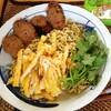 【今日の食卓】ヴェトナムのインスタント・パクチー焼きそば~生パクチーやタイのサイウア(ソーセージ)を添えて→まいう