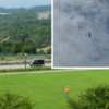 夏の終わりの公園にグライダーが舞っている