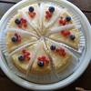 オーソドックスなチーズケーキと箱の中のアユ