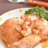 キウイに漬ける!鶏もも肉のにんにく乗せオイスターソースステーキのレシピ