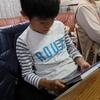 今日は小学校の中間テストで九龍は数学と国語のテストを受けました。