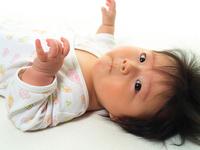 赤ちゃんの顔にできる引っかき傷が気になる。手袋をつけて寝かせてみると…