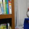 お題【我が家の本棚】写真の中心はアイドル白文鳥