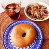 プレーンベーグル、豚肉野菜炒め、アイスコーヒー。