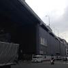 外壁改修の進む船場センタービル。