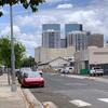 ハワイでよく見る車はテスラ、あまり見ない車はメルセデス、BMW8、あとオバマさんの壁絵